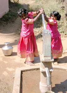 Kids_1h_pumpingwater_0082