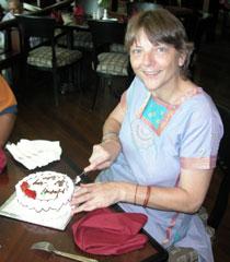 Birthday_cuttingcake