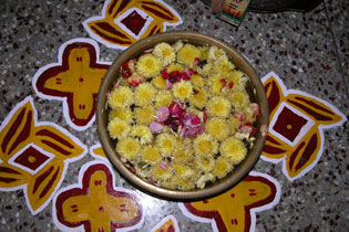 Yellow_rangoli_2004-3082