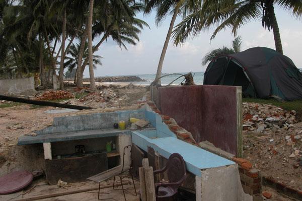 Tsunami_beach_2005-04-2081