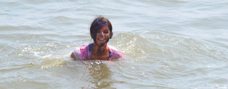 Holi - Paulina in the ocean